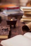 Alte Bücher, Buchstabe, Tagebuch und Kerze auf Holztisch Stockbilder