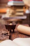 Alte Bücher, Buchstabe, Tagebuch und Kerze auf Holztisch Lizenzfreie Stockbilder