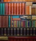 Alte Bücher in den Bücherregalen Stockfotos