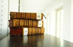 Alte Bücher in der Bibliothek Lizenzfreies Stockbild
