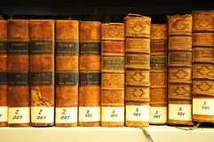 Alte Bücher in der Bibliothek Lizenzfreies Stockfoto