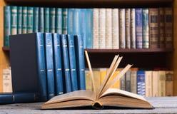 Alte Bücher in der Bibliothek Stockbilder