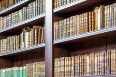 Alte Bücher in der Bibliothek Stockbild