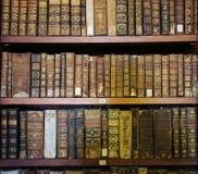 Alte Bücher in der Bibliothek von Coimbra Stockbild