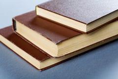 Alte Bücher in der braunen Abdeckung Stockbild