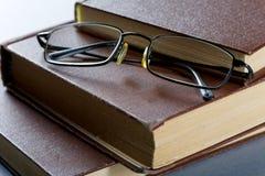 Alte Bücher in der braunen Abdeckung Lizenzfreie Stockbilder