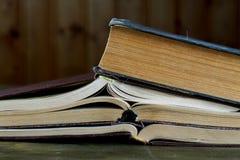 Alte Bücher in der braunen Abdeckung Lizenzfreies Stockfoto