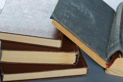 Alte Bücher in der braunen Abdeckung Lizenzfreie Stockfotografie