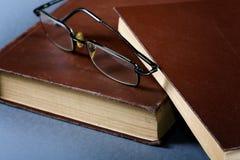 Alte Bücher in der braunen Abdeckung Stockfoto