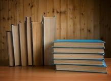 Alte Bücher in der braunen und blauen Abdeckung Stockbild