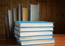 Alte Bücher in der braunen und blauen Abdeckung Lizenzfreie Stockfotos