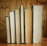 Alte Bücher in der braunen und grauen Abdeckung Stockfoto