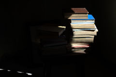Alte Bücher in der Dunkelheit Stockfotografie