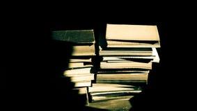 Alte Bücher in der Dunkelheit Stockbild