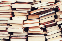 Alte Bücher in der Flohmarkt Stockfotos