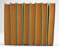 Alte Bücher der Höhe gestapelt auf Weiß Stockbilder