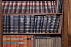 Alte Bücher in der hölzernen Reihenbibliothek Lizenzfreie Stockbilder