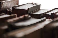 Alte Bücher in der Hintergrundbeleuchtung Lizenzfreies Stockfoto