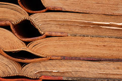 Alte Bücher in der horizontalen Reihe Stockfotos