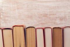 Alte Bücher der Weinlese über hölzernem Hintergrund Ausbildung Stockfoto