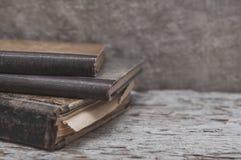 Alte Bücher der Weinlese auf dem alten Holz Lizenzfreies Stockbild