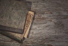 Alte Bücher der Weinlese auf dem alten Holz Stockfoto