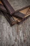 Alte Bücher der Weinlese auf dem alten Holz Stockfotos