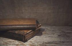 Alte Bücher der Weinlese auf dem alten Holz Lizenzfreies Stockfoto