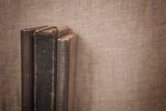 Alte Bücher der Weinlese auf dem alten Leinwandgewebe Stockbild