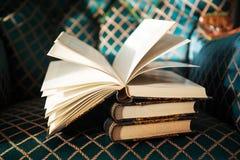 Alte Bücher der Weinlese auf dem antiken Stuhl Lizenzfreie Stockfotos