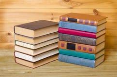 Alte Bücher der Weinlese auf dem hölzernen Stockfoto
