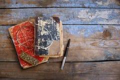 Alte Bücher der Weinlese auf hölzernem Hintergrund Stockfotografie