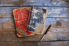 Alte Bücher der Weinlese auf hölzernem Hintergrund Lizenzfreie Stockfotos