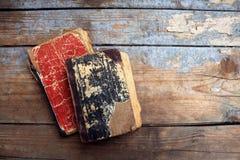 Alte Bücher der Weinlese auf hölzernem Hintergrund Stockbild