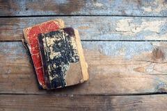 Alte Bücher der Weinlese auf hölzernem Hintergrund Lizenzfreies Stockfoto