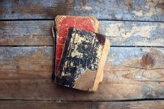 Alte Bücher der Weinlese auf hölzernem Hintergrund Stockbilder