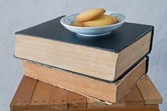 Alte Bücher der Weinlese auf hölzernem Schemel Lizenzfreie Stockbilder