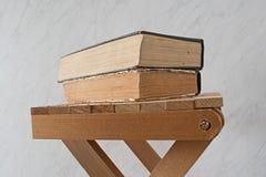 Alte Bücher der Weinlese auf hölzernem Schemel Lizenzfreie Stockfotografie