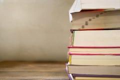 Alte Bücher der Weinlese auf hölzerner Plattformtabelle Lizenzfreie Stockfotografie