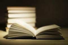 Alte Bücher der Weinlese auf hölzerner Plattformtabelle Lizenzfreie Stockbilder