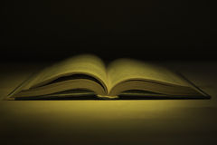 Alte Bücher der Weinlese auf hölzerner Plattformtabelle Stockfotografie