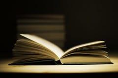 Alte Bücher der Weinlese auf hölzerner Plattformtabelle Lizenzfreies Stockfoto