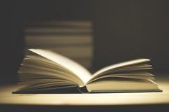 Alte Bücher der Weinlese auf hölzerner Plattformtabelle Stockbilder