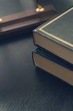 Alte Bücher der Weinlese auf hölzerner Plattformtabelle und -Schmutz Lizenzfreie Stockbilder