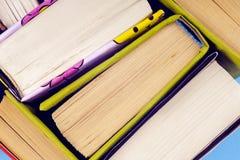 Alte Bücher der Weinlese auf hellem Hintergrund Bücher und Lesung sind für Selbstverbesserung wesentlich und gewinnen Wissen und  Lizenzfreie Stockfotos