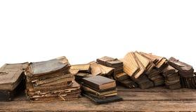 Alte Bücher der Weinlese auf Holztisch auf weißem Hintergrund Stockbild