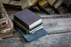 Alte Bücher der Weinlese auf Holztisch auf weißem Hintergrund Stockfotos