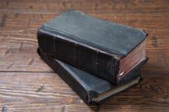 Alte Bücher der Weinlese auf Schmutzholztisch Lizenzfreie Stockfotografie
