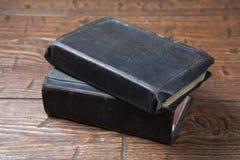 Alte Bücher der Weinlese auf Schmutzholztisch Lizenzfreie Stockfotos