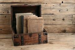 Alte Bücher in der Weinlesekastennahaufnahme Lizenzfreie Stockbilder